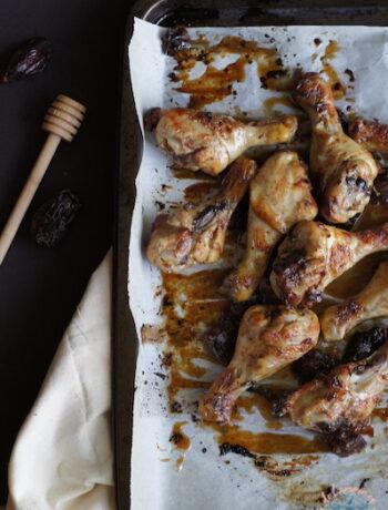 Pilons de poulet au miel et aux dattes, cuisson au four
